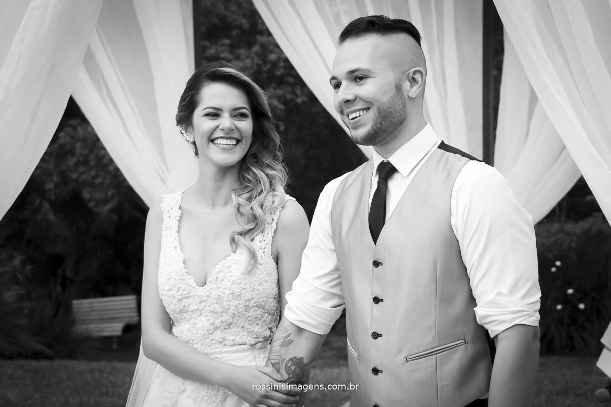 fotografia de casal feliz no dia do casamento noiva e noivo, cerimonia linda