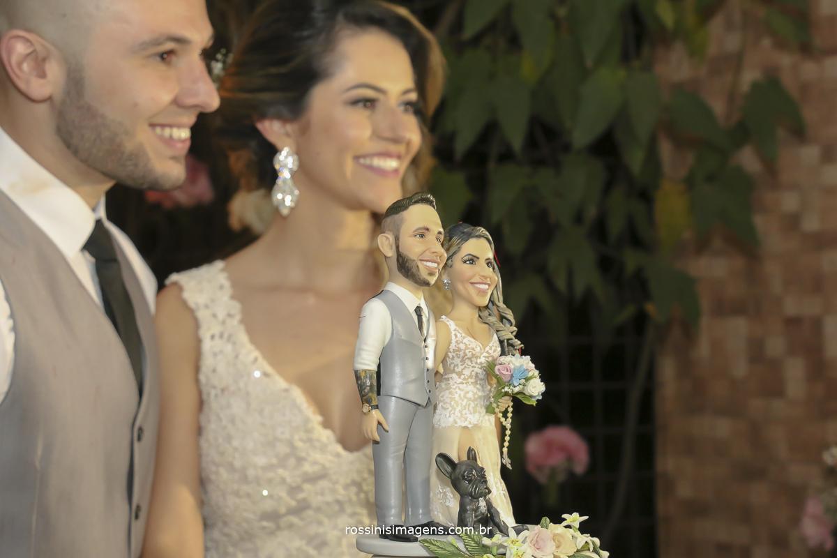 fotografia do topo do bolo personalizado com os noivos e seu cãozinho de estimação a dory, topo de bolo idêntico aos noivos