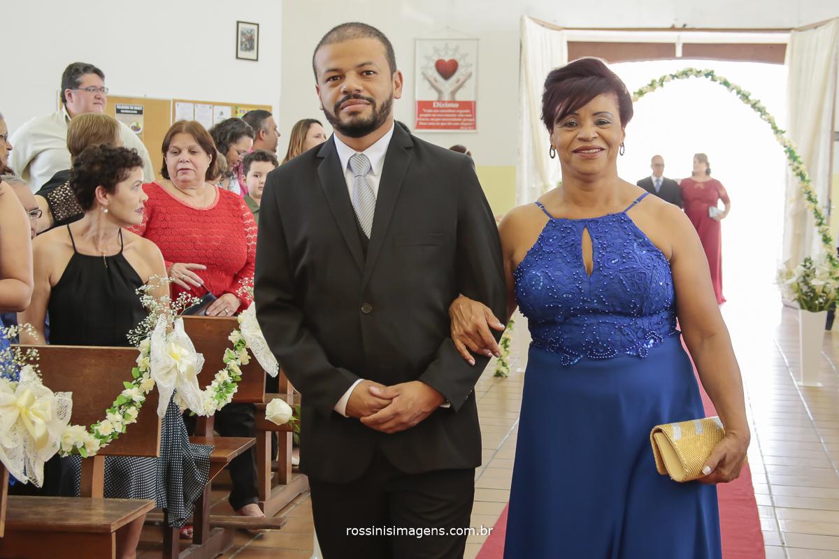 entrada do noiva na igreja paroquia santa helena em Suzano com sua mãe de vestido azul