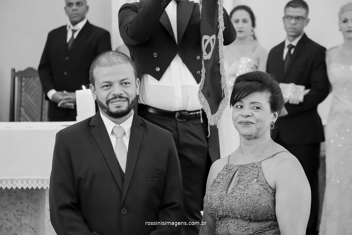 fotografia preto e branco do noivo no altar esperando a entrada da noiva no dia lindo que escolheram