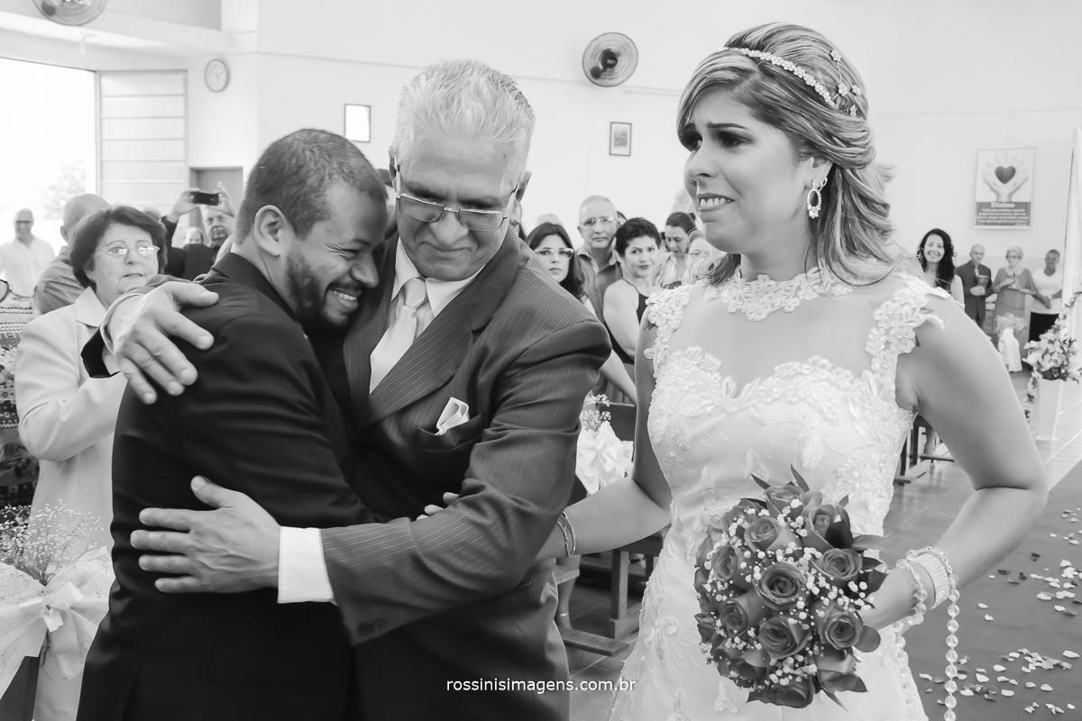 cumprimento do noivo e o pai da noiva no altar, dia de alegria dia de felicidade