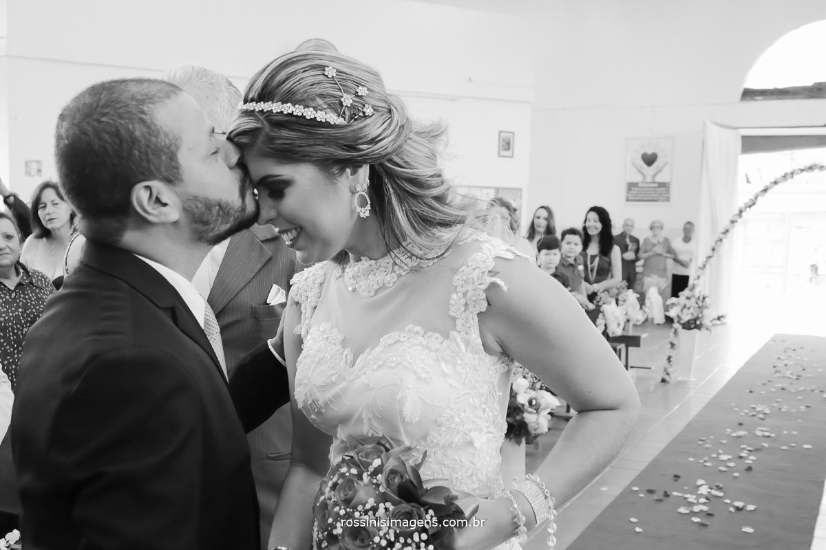 recepção do noivo com um beijo na testa da noiva no altar