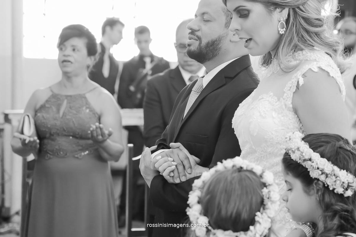 momento de oração dos noivos, com muita reflexão, bençãos