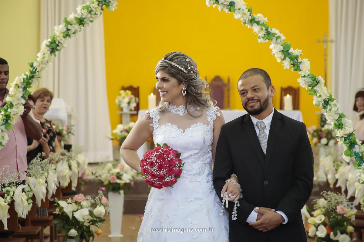 saída dos recém casados, saída dos noivos no tapete vermelho na igreja