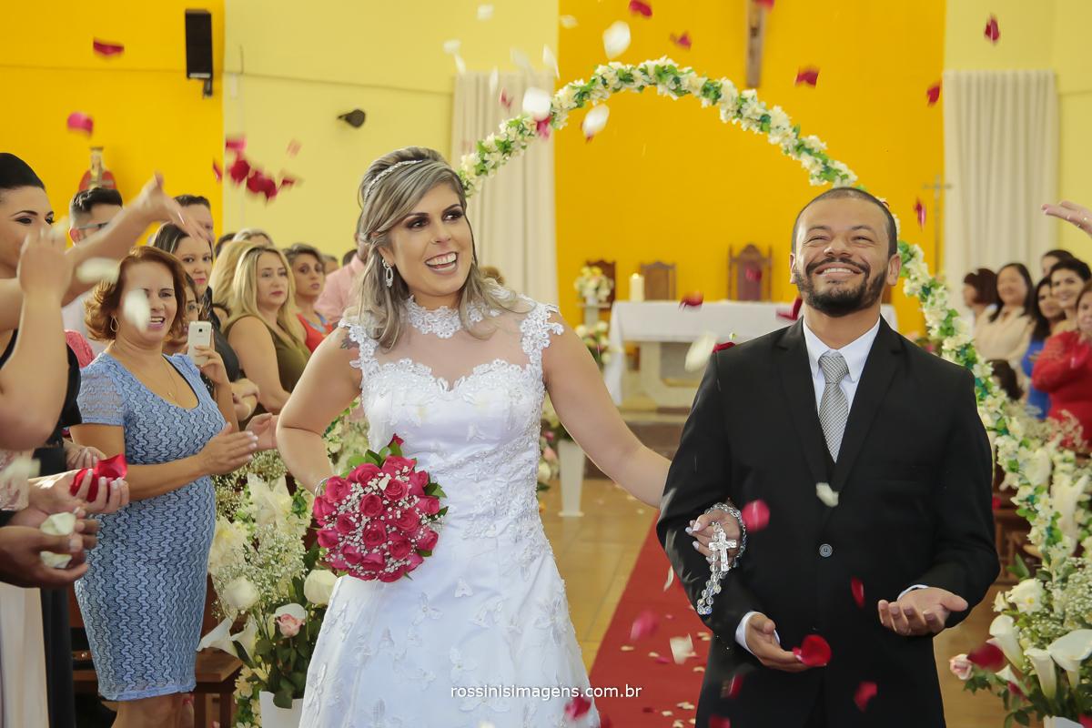 saída dos noivos com chuva de pétalas de flores, lindas caindo do céu
