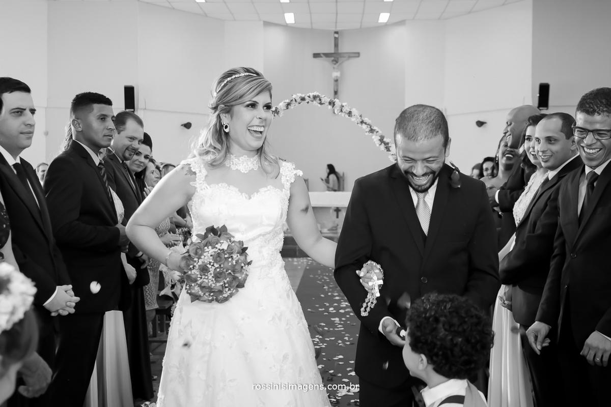 pajem cumprimentando o noivo na saída da cerimonia