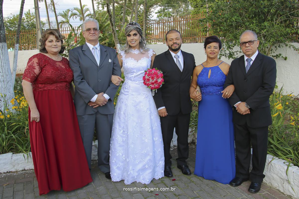 foto coletiva dos pais com os noivos