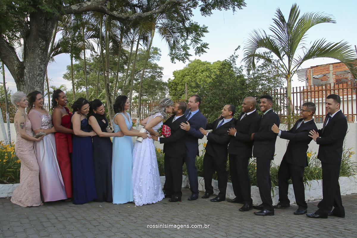 fotografia coletiva com os padrinhos  e os noivos diferentes