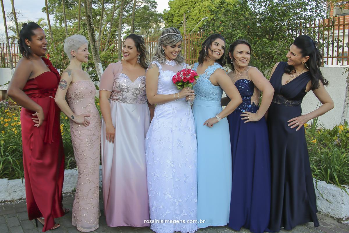 noiva de branco e madrinhas e degrade de cores azul e rosa, fotografia da noiva com as madrinhas