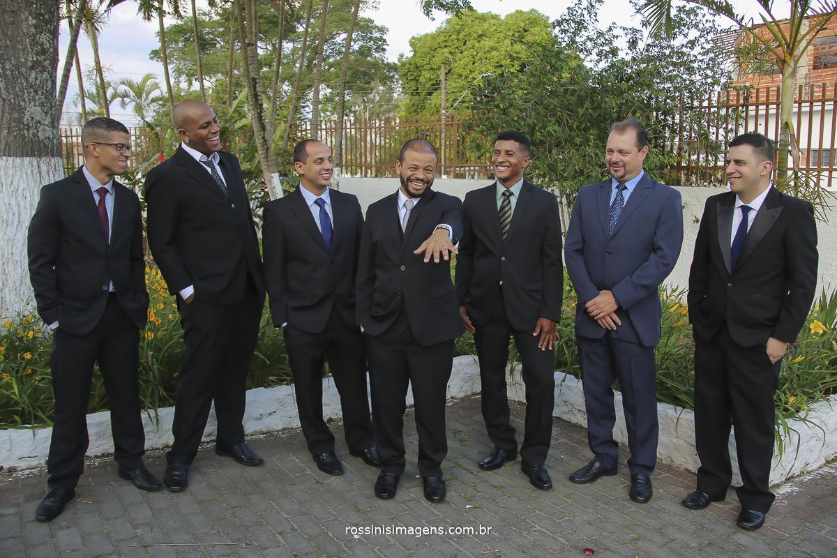 foto do noivo mostrando a aliança com os padrinhos felizes por essa conquista