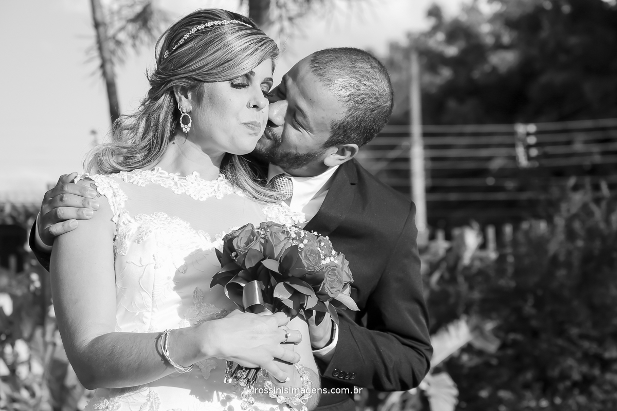 sessão fotográfica dos noivos apos a cerimonia de casamento dia de céu azul e muito sol