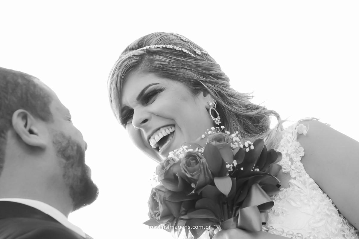 foto pb de noivos se divertindo