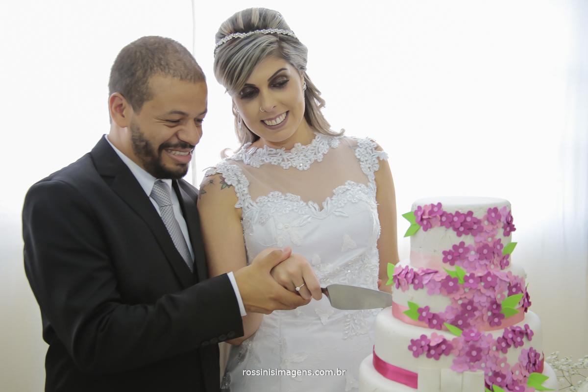 imagem de fotografia simulação de corte de bolo de casamento