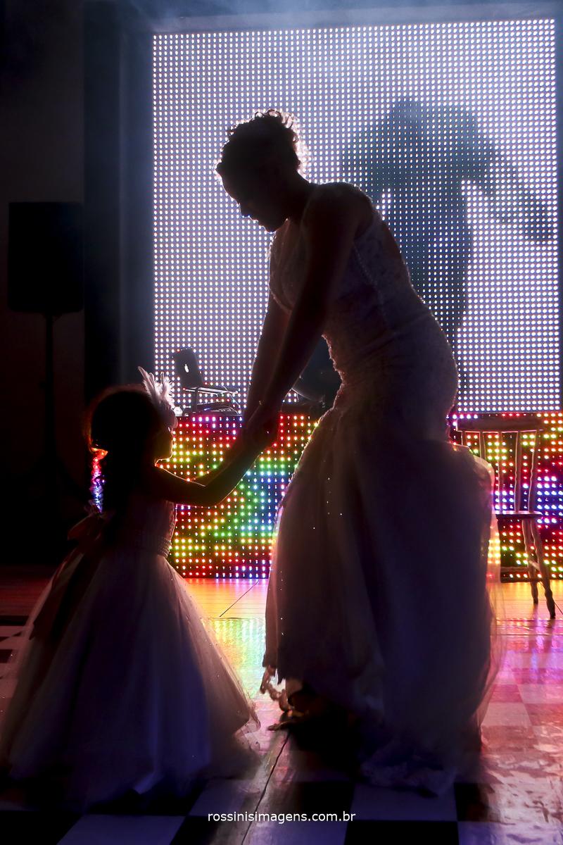 fotografia da pista de dança com a daminha com deficiência e muita alegria e disposição