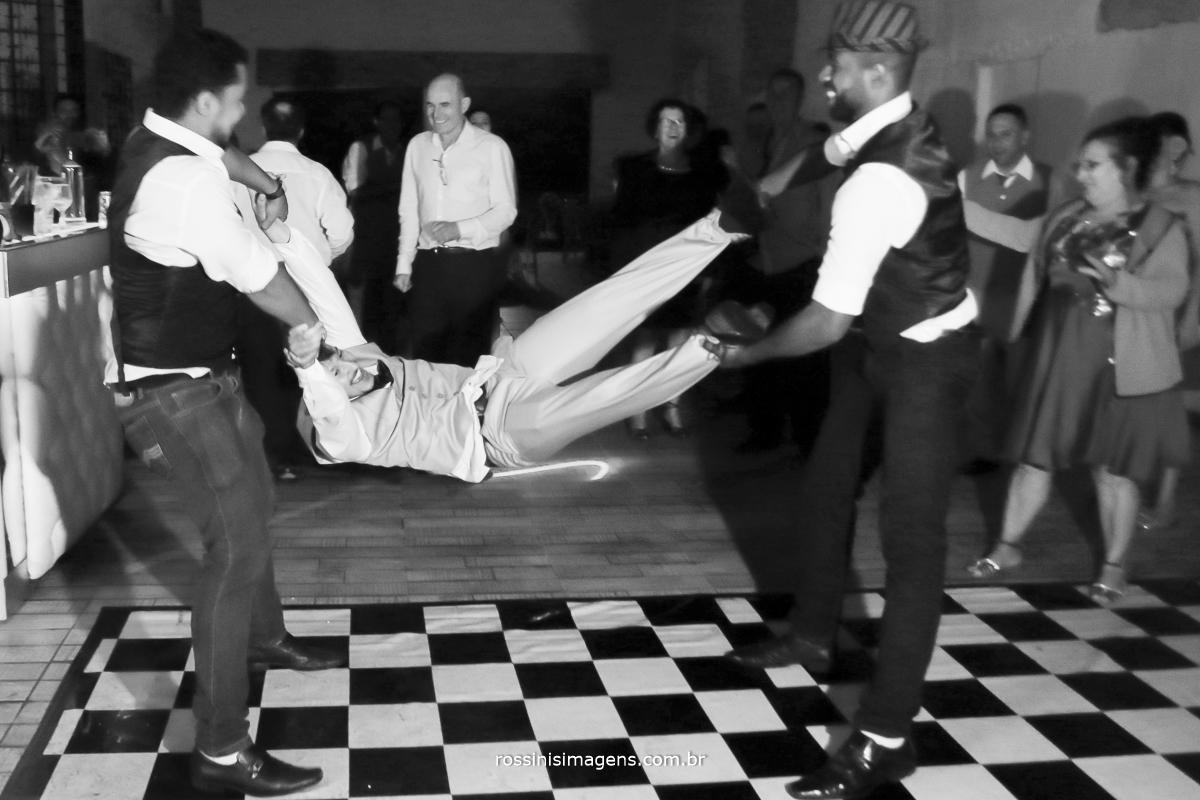 bar man balançando o noivo na pista de dança