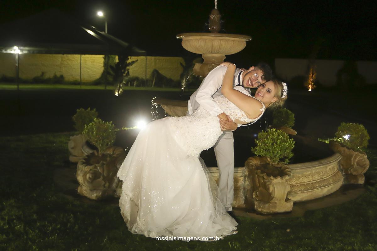 fotografia do casal no chafariz da chácara villaggio real em suzano