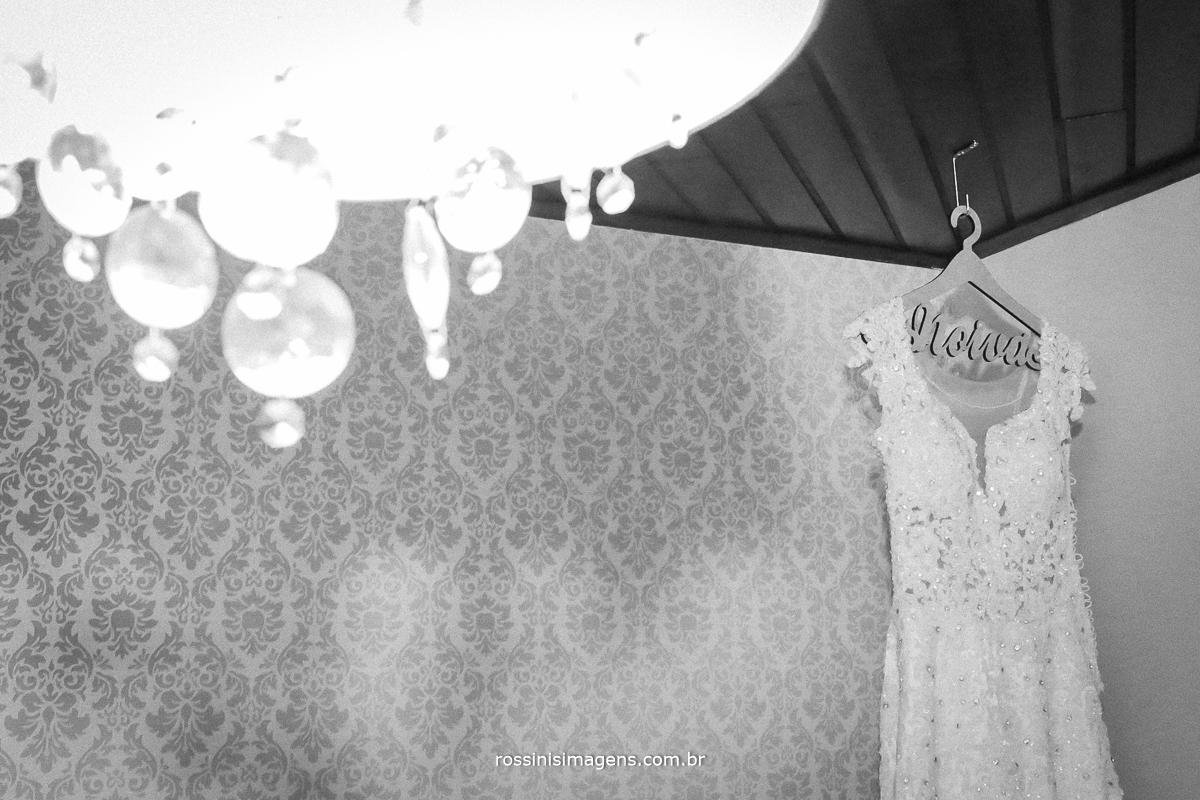 fotografia de vestido de casamento, vestido de noiva, lindo vestido de noiva estilo decotado