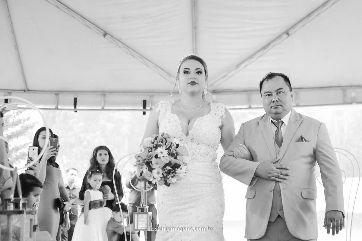 entrada da noiva no casamento para a cerimonia de vestido branco acompanhado pelo seu pai