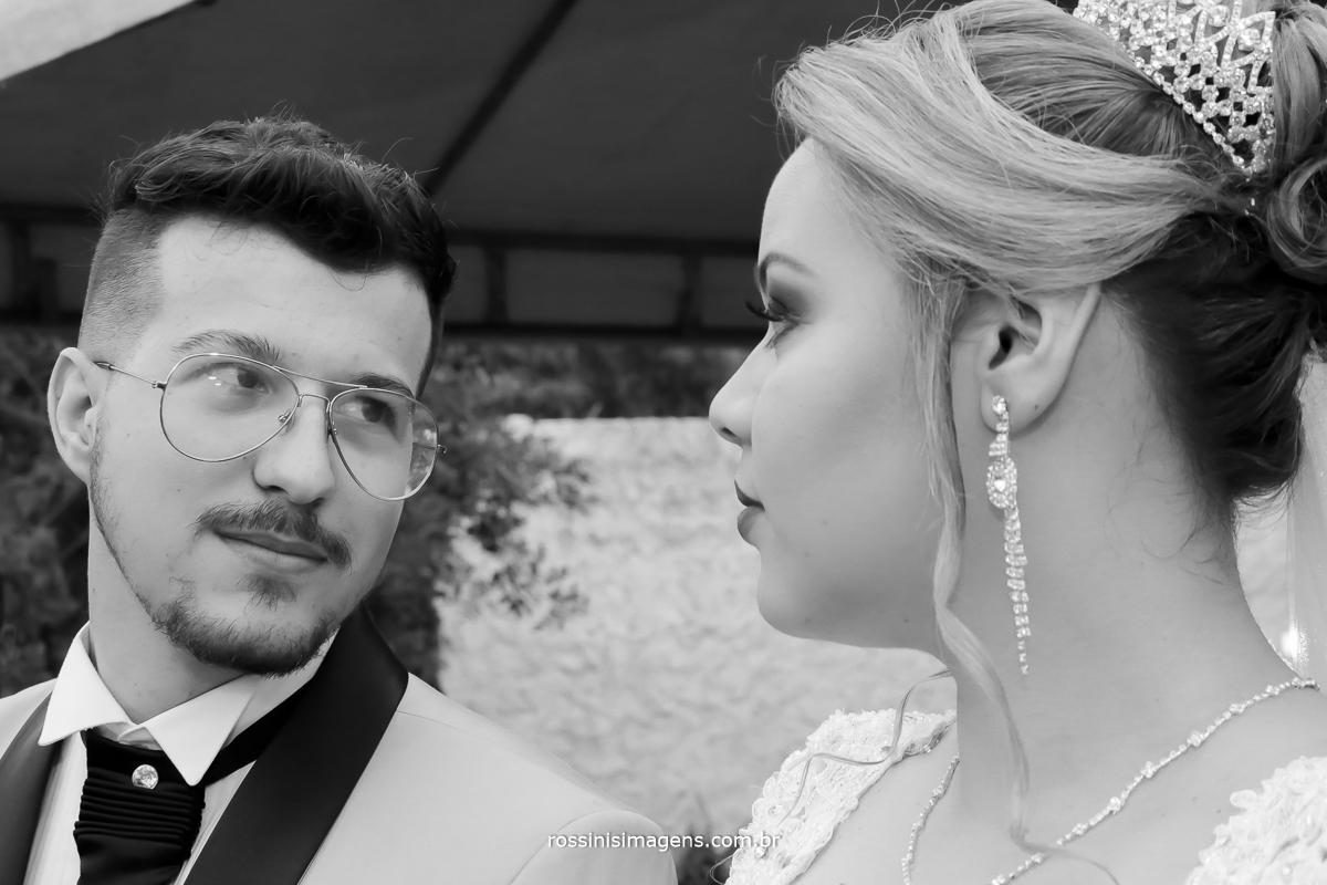imagem preto e branco de casal se olhando