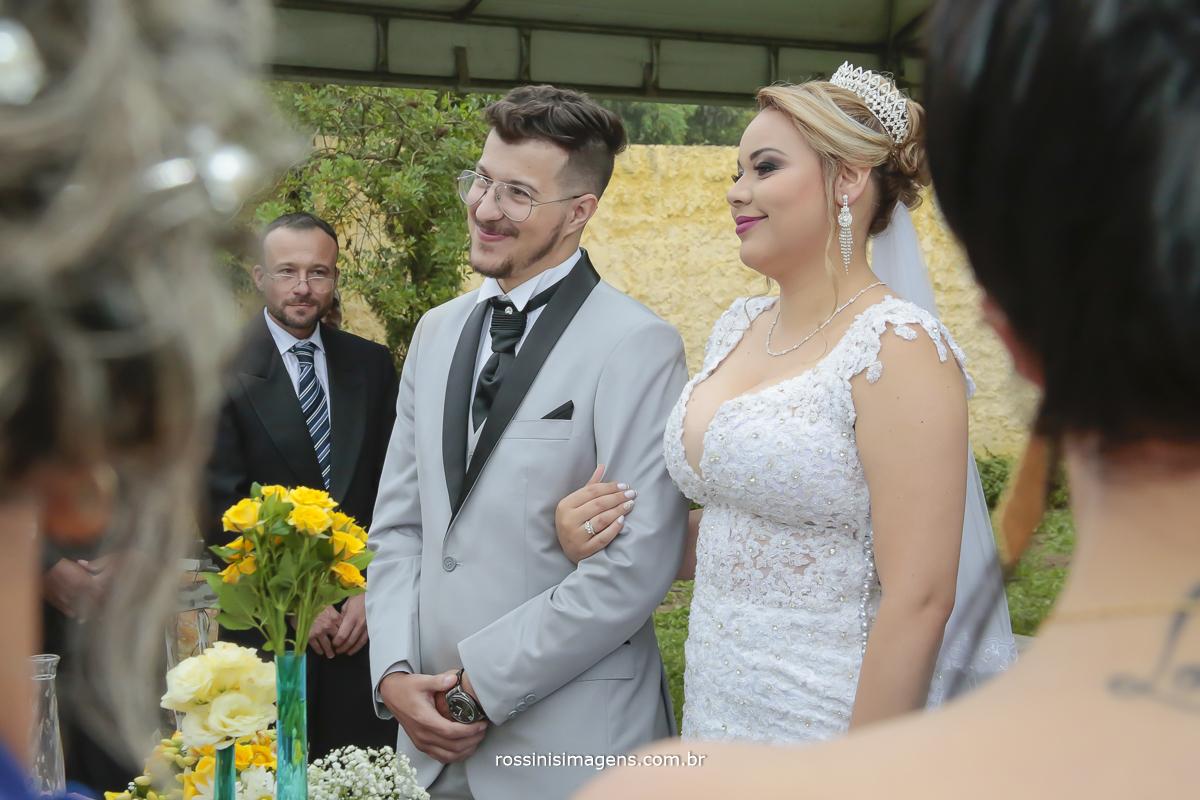 noivos felizes no casamento de dia e ao ar livre
