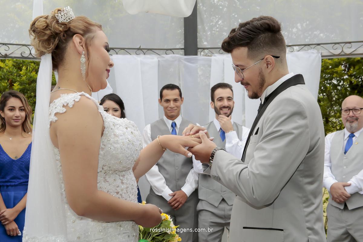 alianças noivo colocando a aliança na noiva, momento muito importante