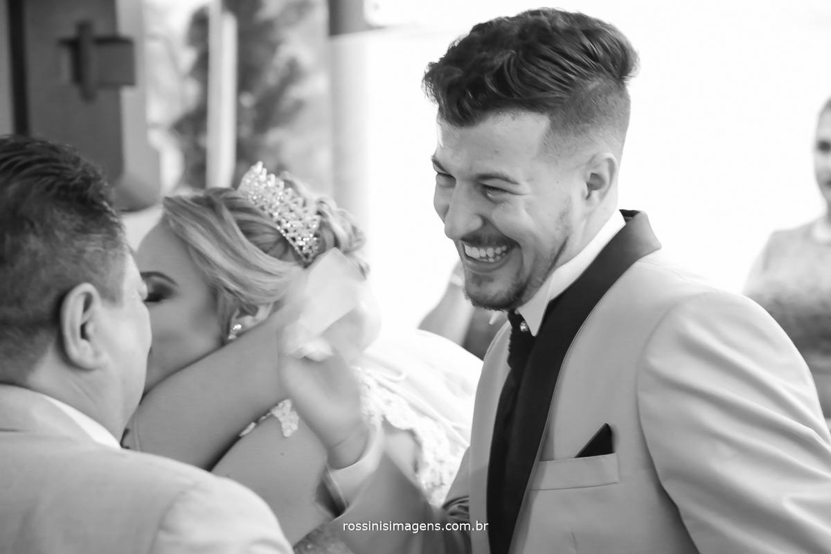 comprimento dos noivos com os padrinhos fotografia preto e branco