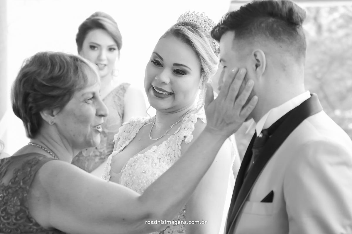 mãe da noiva cumprimentando os noivos