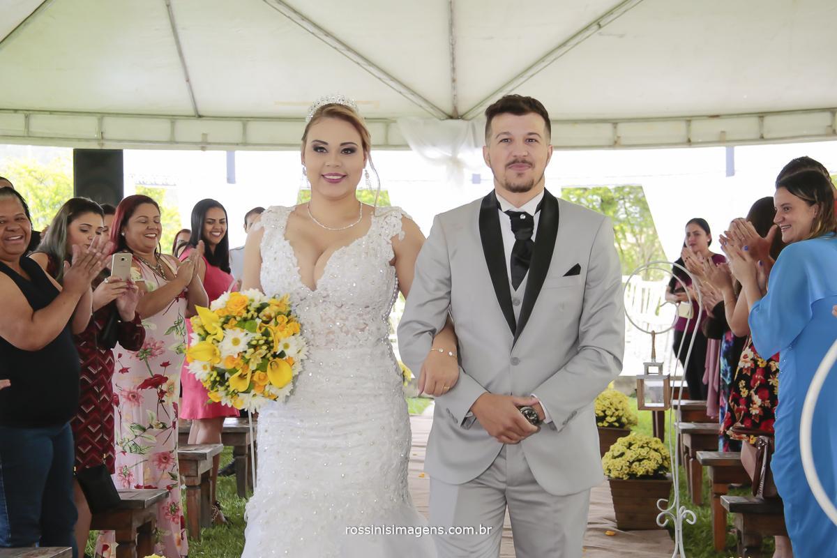 saída dos noivos logo após a cerimonia de casamento