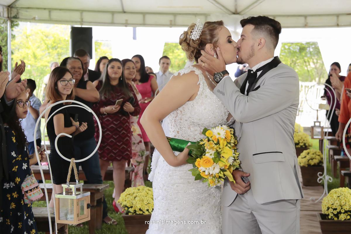 fotografo de casamento em são paulo noivos saindo no tapete e se beijando