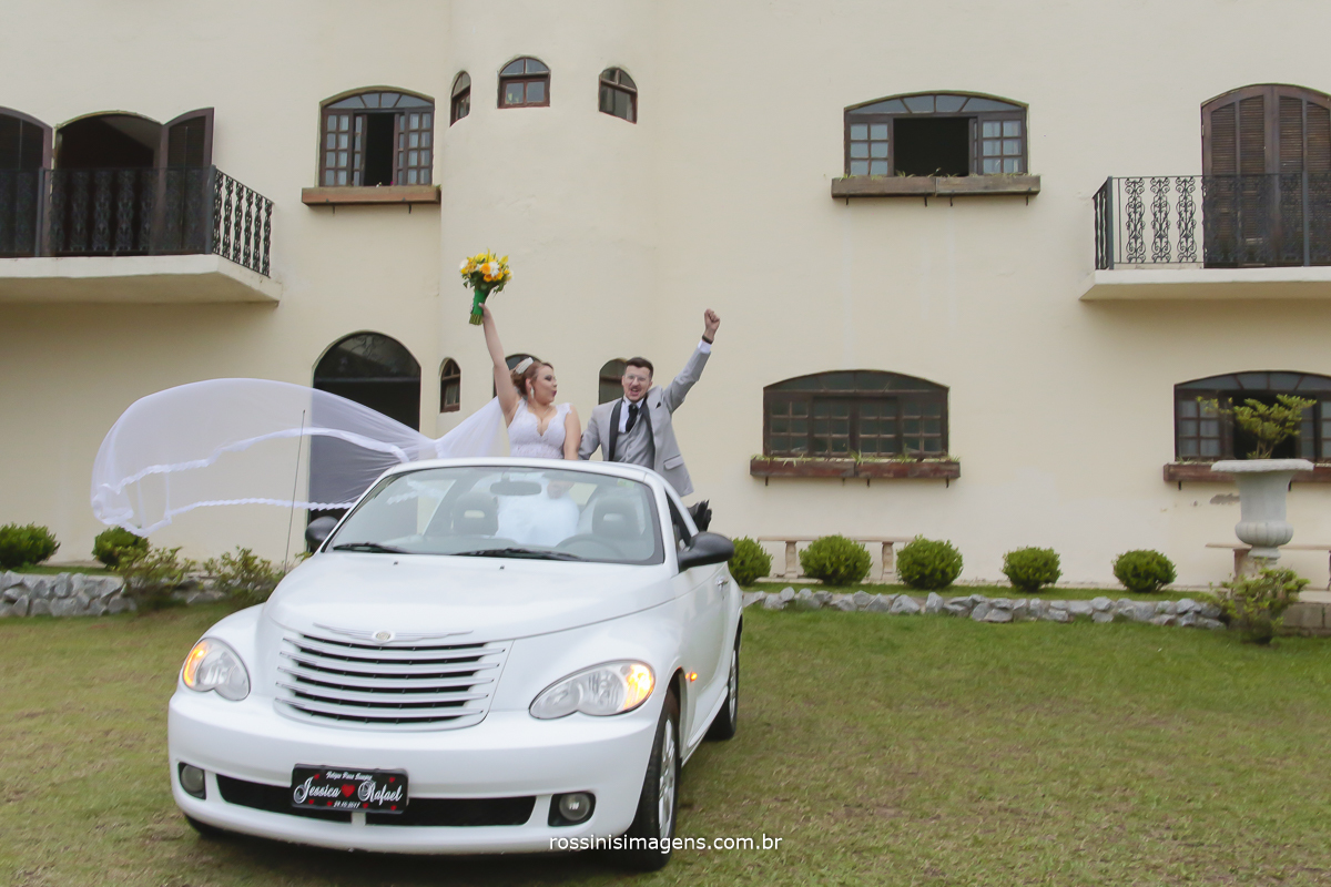 apos a cerimonia sessão de fotos dos noivos no carro conversível pt cruiser