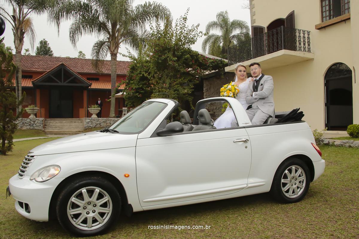 sessão de fotos de casamento noivos no carro