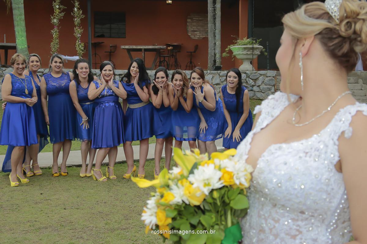 foto das madrinhas com a noiva, madrinhas de vestido azul e sapato amarelo e noiva de branco