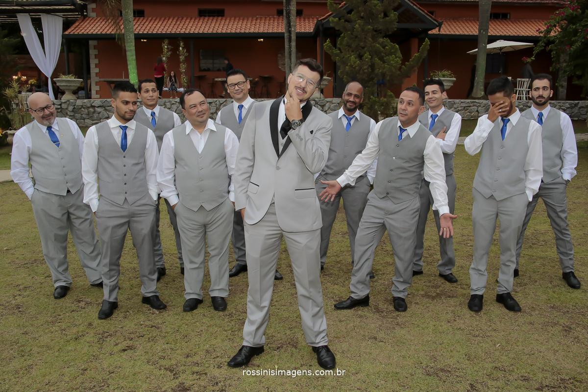fotografia do noivo com os padrinhos, de colete cinza e gravata azul