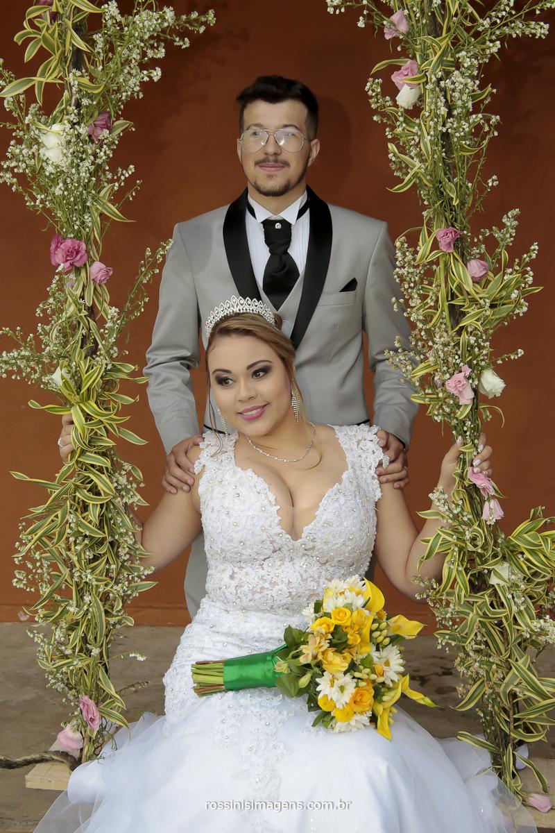 fotografia de casamento no espaço villaggio real em Suzano na balança com flores