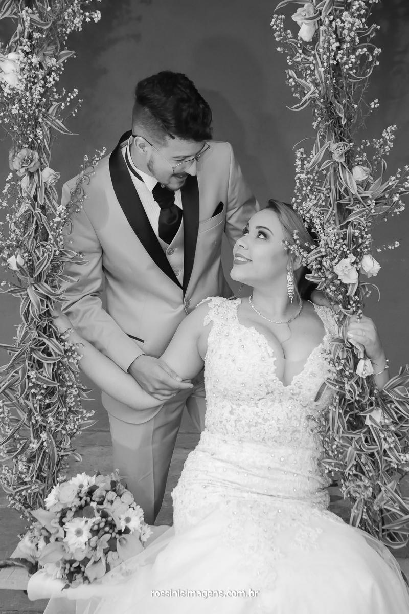 noivos na balança com flores no casamento