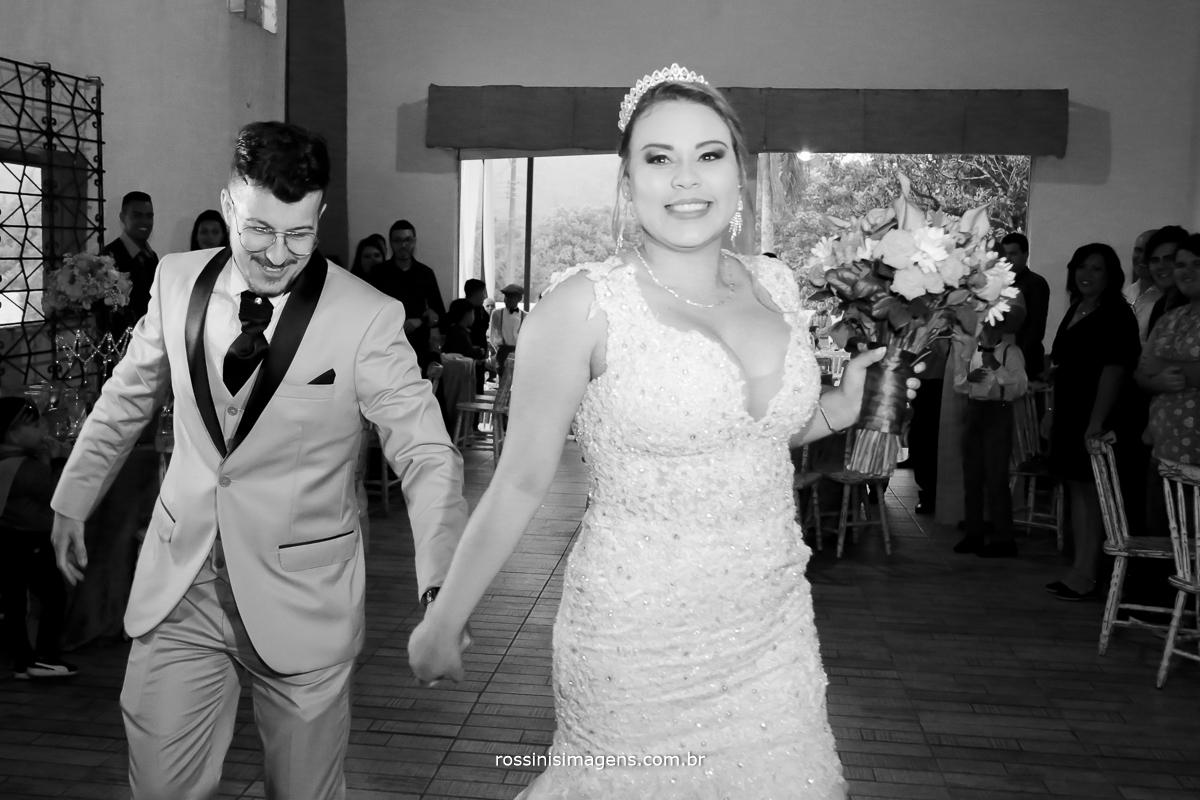 entrada dos noivos para a recepção dos convidados muito animados e uma vibração com os convidados