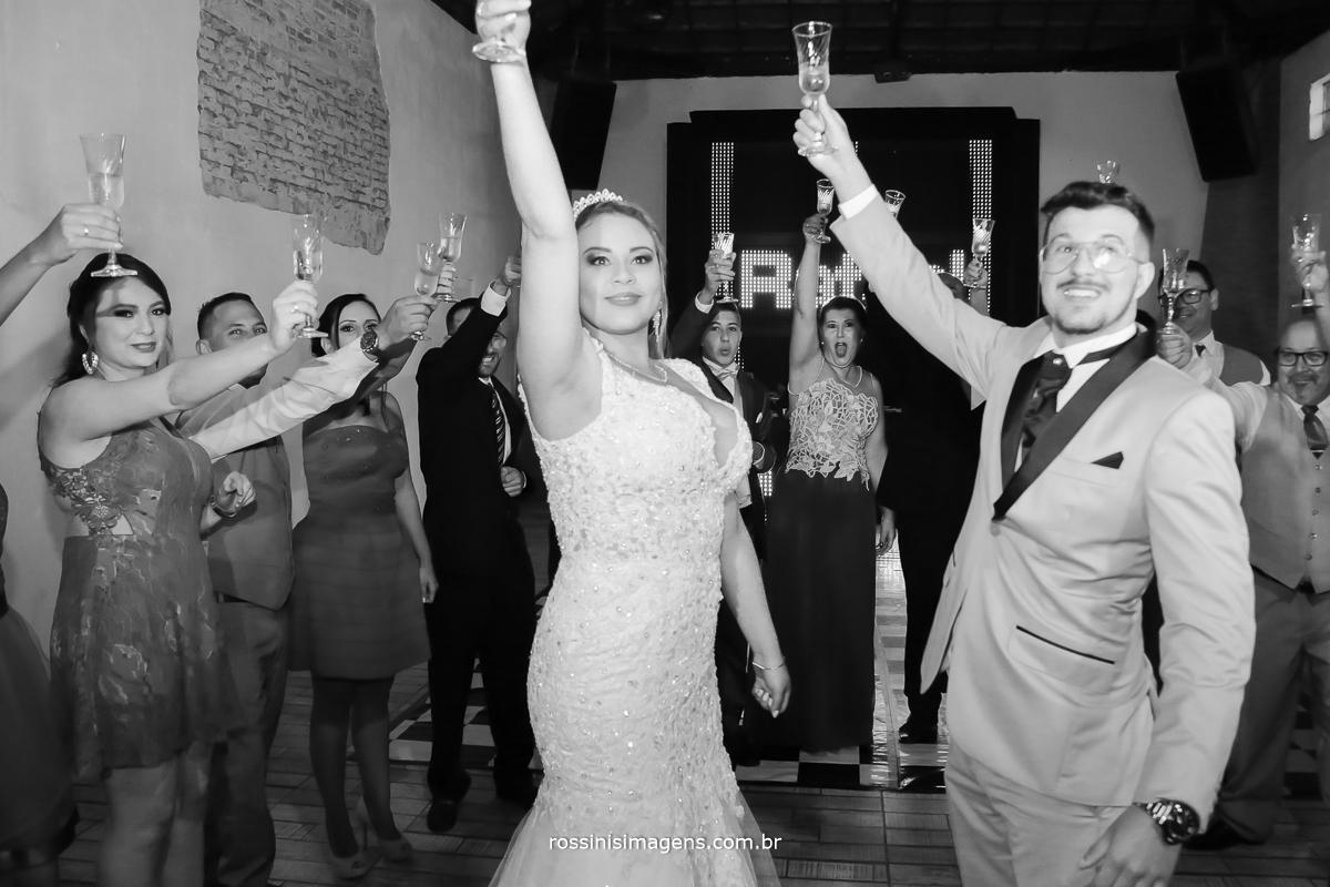 brinde dos noivos com os convidados na pista de dança animada