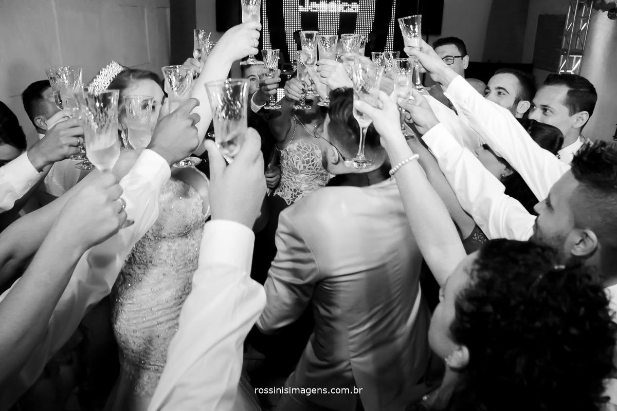 fotografia pb de brinde dos noivos