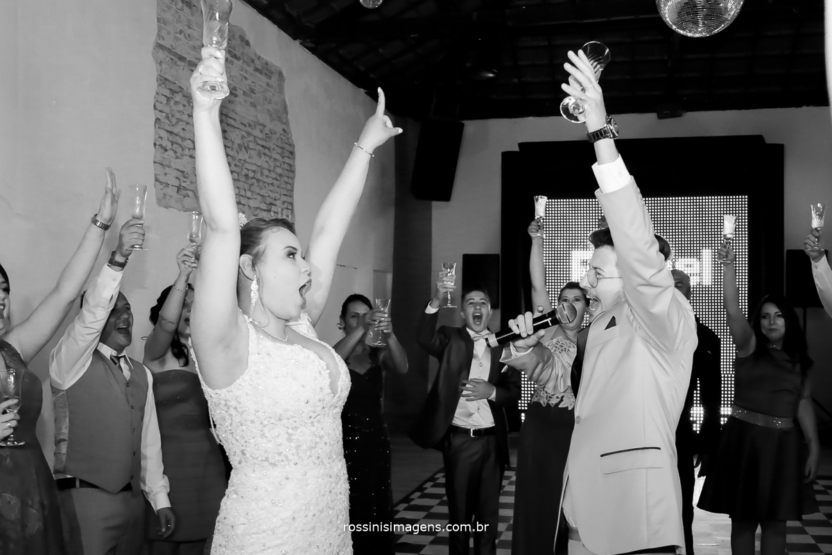 brinde dos noivos com os padrinhos na pista de dança