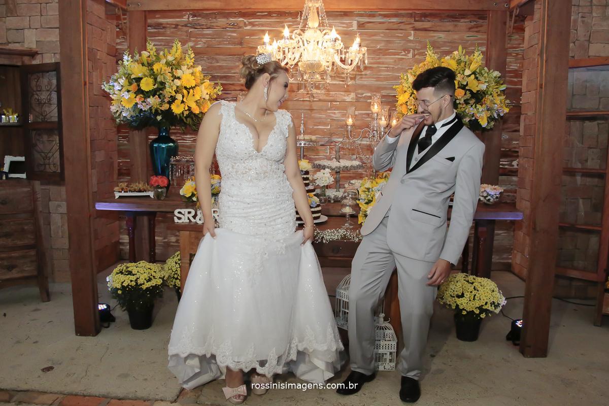 foto diferente dos noivos na mesa do bolo com fotografia jornalistica