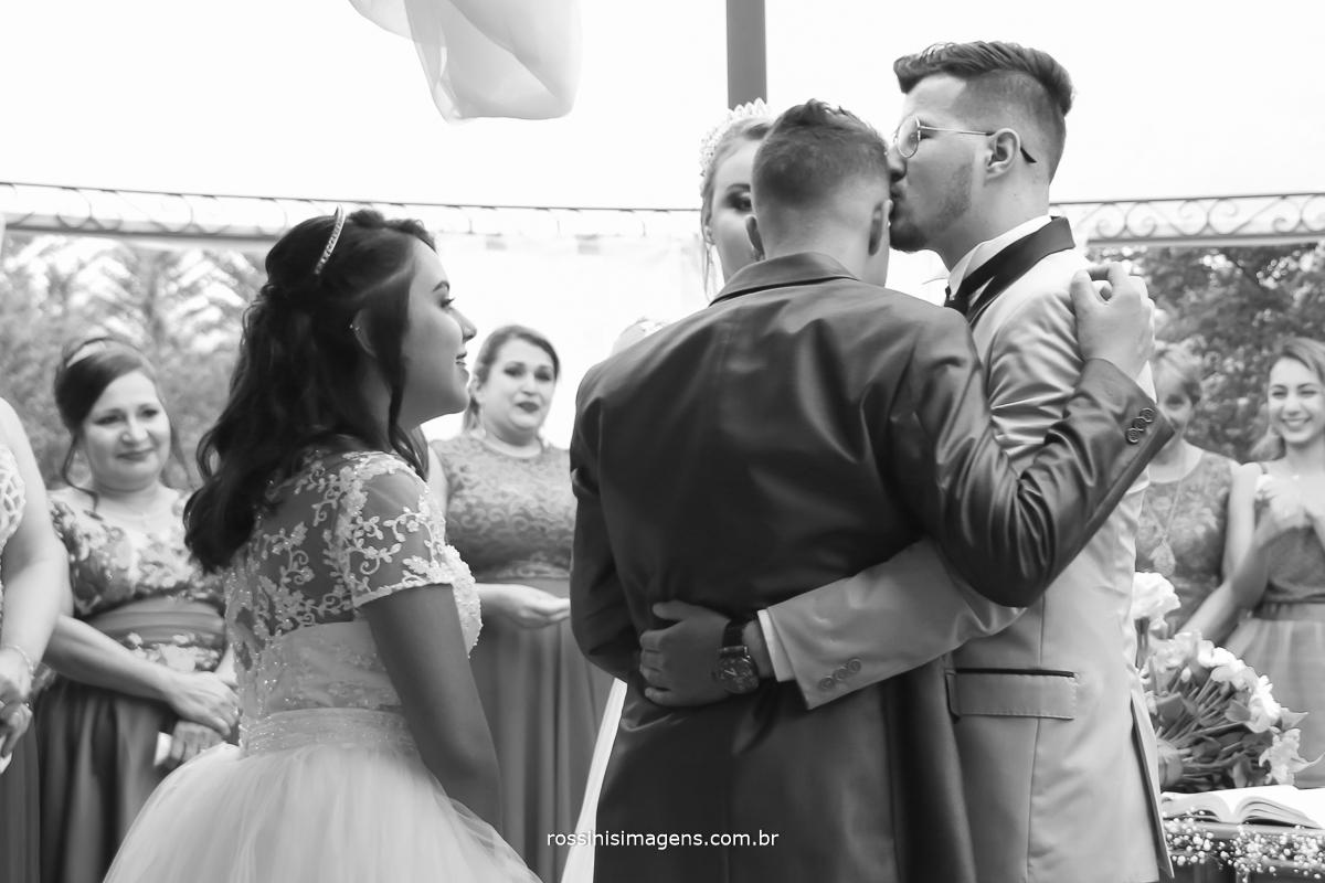 irmão do noivo cumprimentando seu irmão no dia do casamento