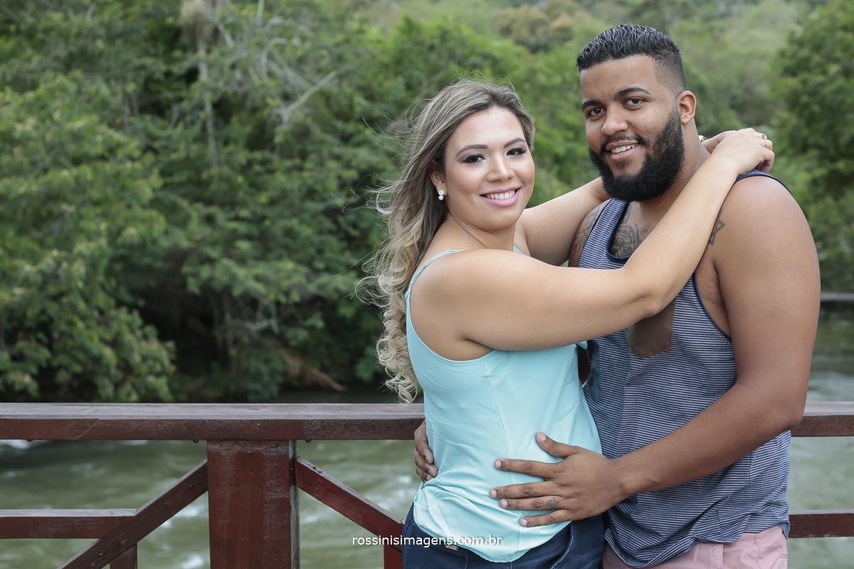 ensaio casal Pricila e Jadson em Guararema noiva de camiseta verde e noivo de camiseta azul