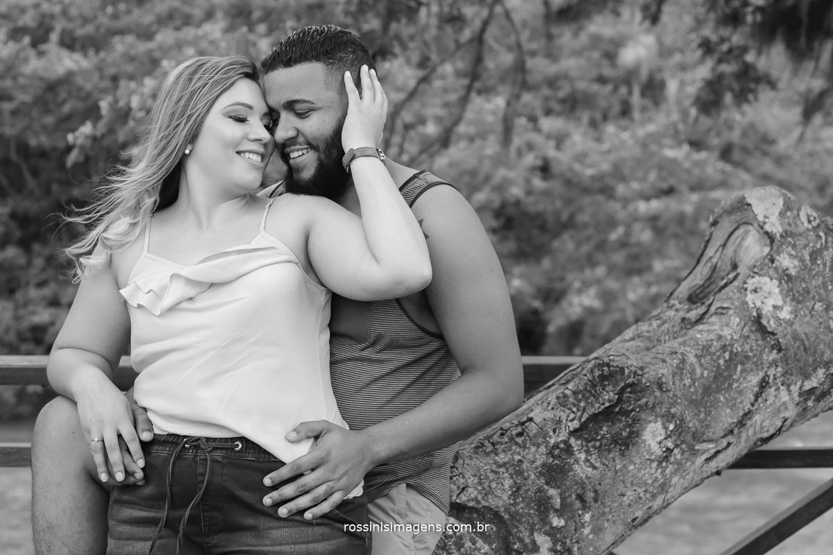 fotografia pb de casal envolvido em sintonia  ensaio realizado em Guararema