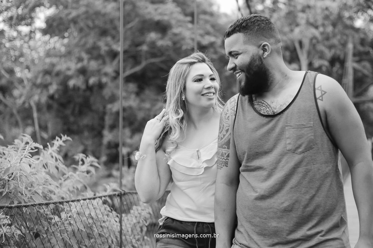 imagem de casal andando de mão dadas em foto preto e branco