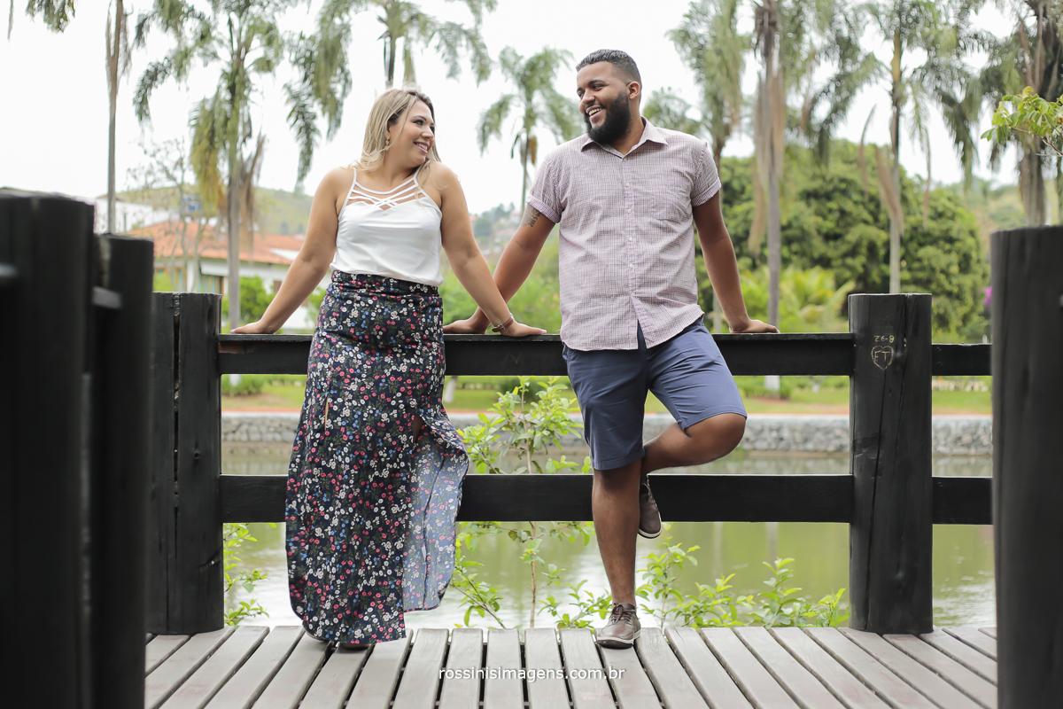 o melhor fotografo de ensaio pre casamento rossinis imagens, noiva de blusinha branca e saia longa  e noivo de camisa xadrez e bermuda jeans para um lindo ensaio