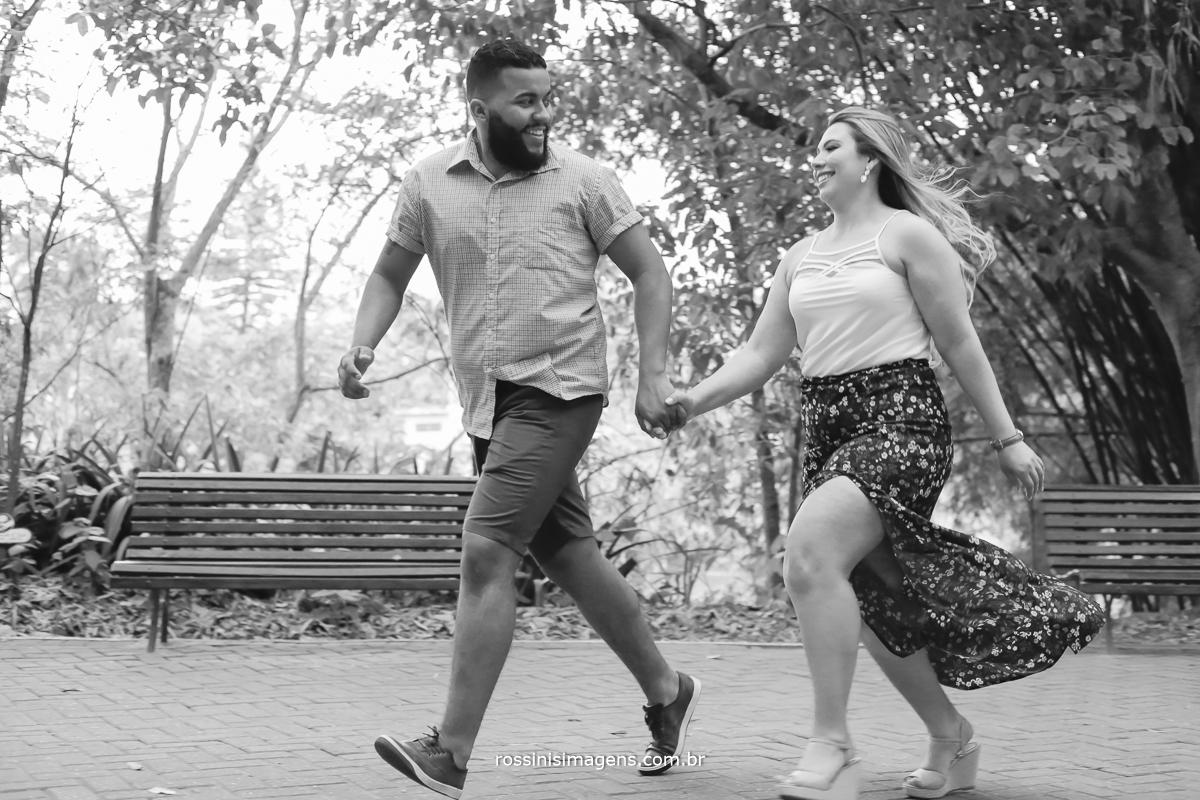 ensaio de casal correndo juntos