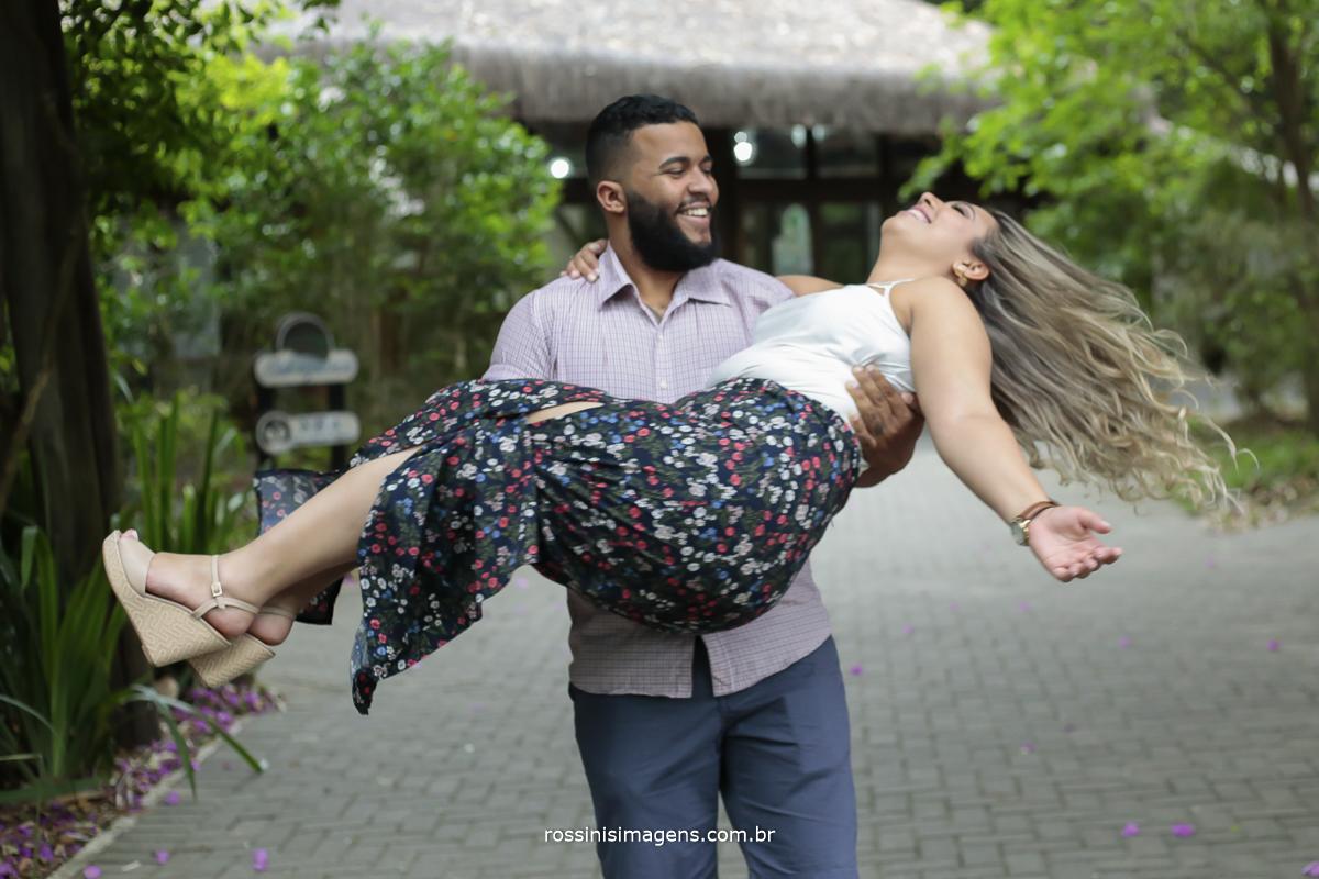 noivo com a noiva no colo girando, e felizes com o melhor ensaio fotográfico com a melhor empresa de fotografia