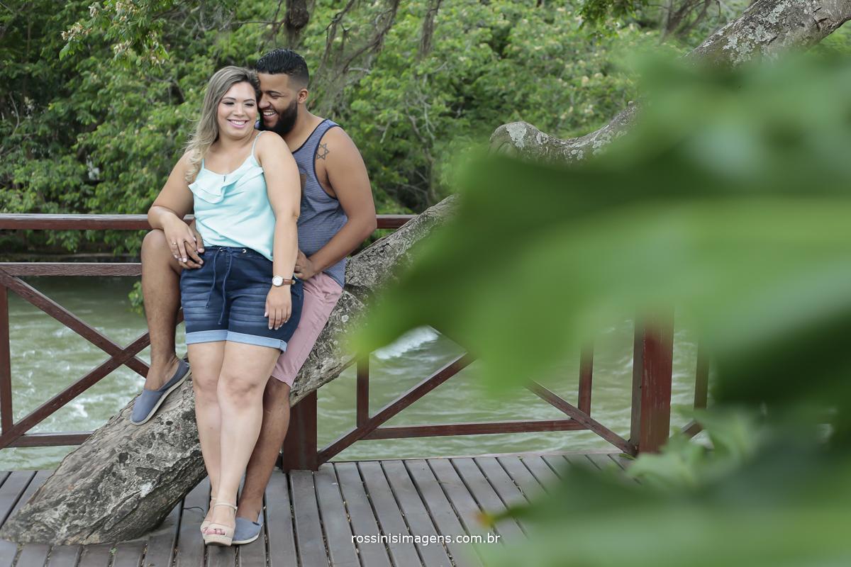 fotografia de casal encostado na arvores na praça pau-d'alho