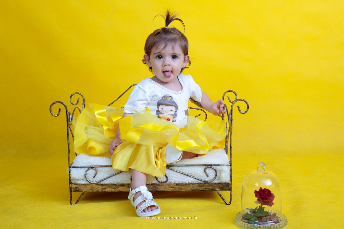 anna julia no ensaio  fundo amarelo bela e a fera