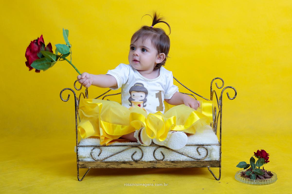 criança de um ano no ensaio bela e fera, ensaio temático infantil